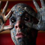 Izpoved tetoviranega vzgojitelja: 'Odpustili so me v vrtcu, saj lažejo, da se me otroci bojijo'